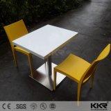 光沢度の高い円形の大理石の上の白い現代コーヒーテーブル