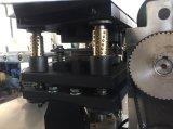 Taza de papel con la maneta que forma la máquina