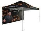 La pubblicità schiocca in su la tenda piegante del baldacchino per l'evento 10X15