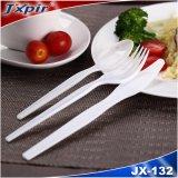 La coutellerie en plastique réutilisables comprenant la fourchette, cuillère et le couteau