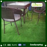 인공적인 뗏장 잔디를 정원사 노릇을 하는 정원 훈장 같이 자연 녹색
