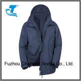 1枚の防水ジャケット及び内部の羊毛のジャケットの登山の女性3