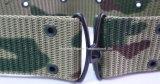Cinturón verde con la hebilla y el remache de acero negros