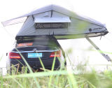 Freund-Partei und Auto-Dach-Oberseite-Zelt der Familien-kampierendes SUV