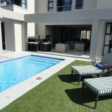 Открывается красивый вид смысле синтетический газон для бассейн с обеих сторон