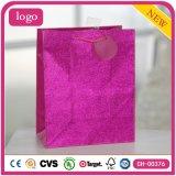 A roupa de forma cor-de-rosa calç os sacos de papel do presente do brinquedo