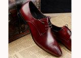 修道士ストラップのバックルの形式的な革靴の人