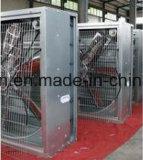 Agricultura del establo que cuelga el extractor industrial de la ventilación para la granja del diario