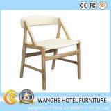 白い椅子を食事している居間のホテルの家具のレストランの木の退屈な人