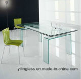 明確な緩和されたガラスのダイニングテーブルの上