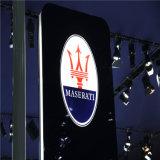 Concessionnaire automobile établissant le premier signe automatique de logo