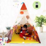Малыши Индия играя шатер дома