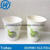 Copos de bebidas frias feitos por papel branco