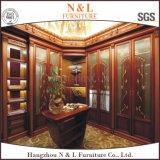 Antike geschnitzte hölzerne Garderobe mit festes Holz-Tür