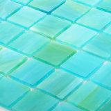 La stanza da bagno blu del mosaico dei materiali ecologici copre di tegoli il vetro macchiato semplice
