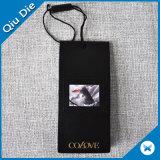 Étiquette nommée de carton noir avec le collant pour l'étiquette de vêtement