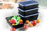La plastica a gettare toglie il contenitore degli alimenti a rapida preparazione con il coperchio