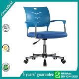 濃紺の小さい事務机の椅子
