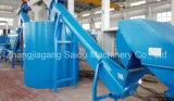 Überschüssiges Plastikhaustier, das Maschine aufbereitend sich wäscht