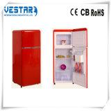 Pequeña cocina usar el refrigerador compacto de la puerta doble