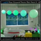 Вручая шарики светлая мебель СИД для украшения