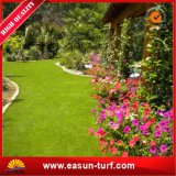 Ajardinar la hierba sintetizada del césped y el césped artificial de las plantas