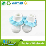 귀여운 겨울 백색 면 파란 레이스를 가진 뜨개질을 하는 아이 아기 양말