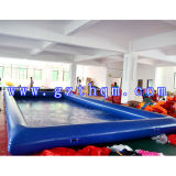 膨脹可能なプールを泳ぐPVC