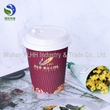 Горячие кофейные чашки бумаги стены пульсации сбывания с логосом