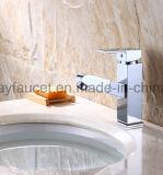 Estrarre il singolo colpetto d'ottone del bacino della stanza da bagno del rubinetto della leva