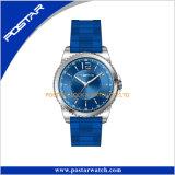 多彩なストラップが付いているカスタマイズされたロゴのステンレス鋼の腕時計