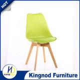Asiento plástico de los PP con el ocio del amortiguador y de las piernas de madera que cena la silla