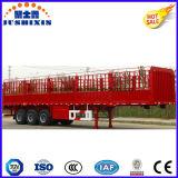 Un carico all'ingrosso dei tre assi/semirimorchio palo del bestiame/pollame/trasporto del bestiame con la tenda