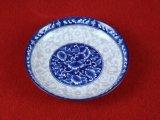 青および白い磁器版かテーブルウェア