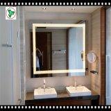 A madeira fixada na parede do diodo emissor de luz moldou o espelho leve para o banheiro