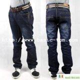 Hombre de jeans de marca de clase alta