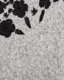 Женщины фасонируют сверхразмерный свитер кардигана с вышивкой