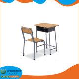 Le bois et matériaux en acier l'école primaire définit Bureau et chaise en classe
