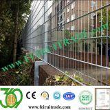二重金網の塀のパネル