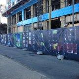 La publicité extérieure voient à travers le drapeau de maille, rue Pôle annonçant des drapeaux de rue