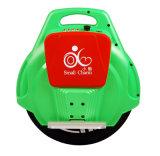On roule l'individu sec équilibrant le scooter électrique d'Unicycle