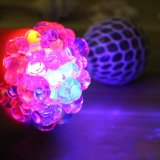 Fortalecimiento de la manilla de LED Bola de alivio del estrés Squeeze de ventilación de goma suave malla uva Squishy juguete pelotas