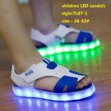 Zapatos de moda de verano los niños LED brillante sandalias de luz intermitente (TL67-1)