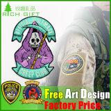 Liberare il Pin a resina epossidica del risvolto del distintivo di nome del fornitore di disegno per vestiti