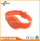 projeto RFID microplaqueta encaixada bracelete de MIFARE da forma e de NFC