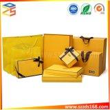 Jaune célèbre boîte cadeau d'emballage de marque et le sac