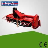 回転式リッパーの回転式耕うん機(RT135)に根おおいをする小型トラクターの農場