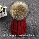 実質のアライグマの毛皮の球によって編まれる冬の帽子の帽子