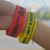 Bracelet coloré de bracelets de silicones avec le logo de lettre de Debossed