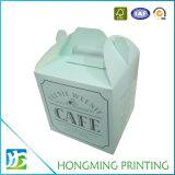 인쇄된 로고는 백색 마분지 케이크 상자를 나른다